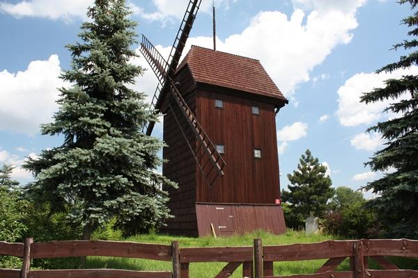 Zabytkowy wiatrak we wsi Brenno (fot. srodawlkp.org)