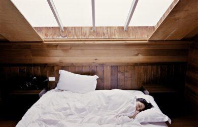 kobieta śpiąca pod kołdrą