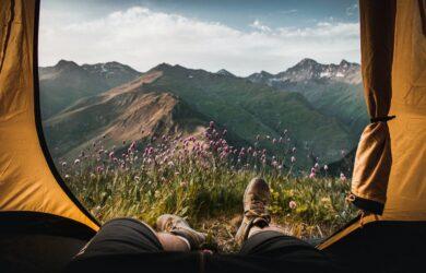 higiena snu w podróży - mężczyzna w namiocie