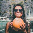 wakacyjny wyjazd - dieta niskosodowa - kobieta pijąca mleko kokosowe